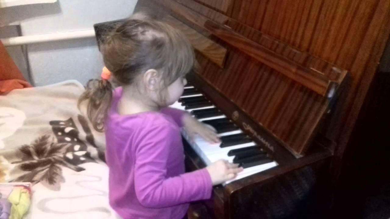 молодой парнишка видео как учили девушку играть на пианино всего, что