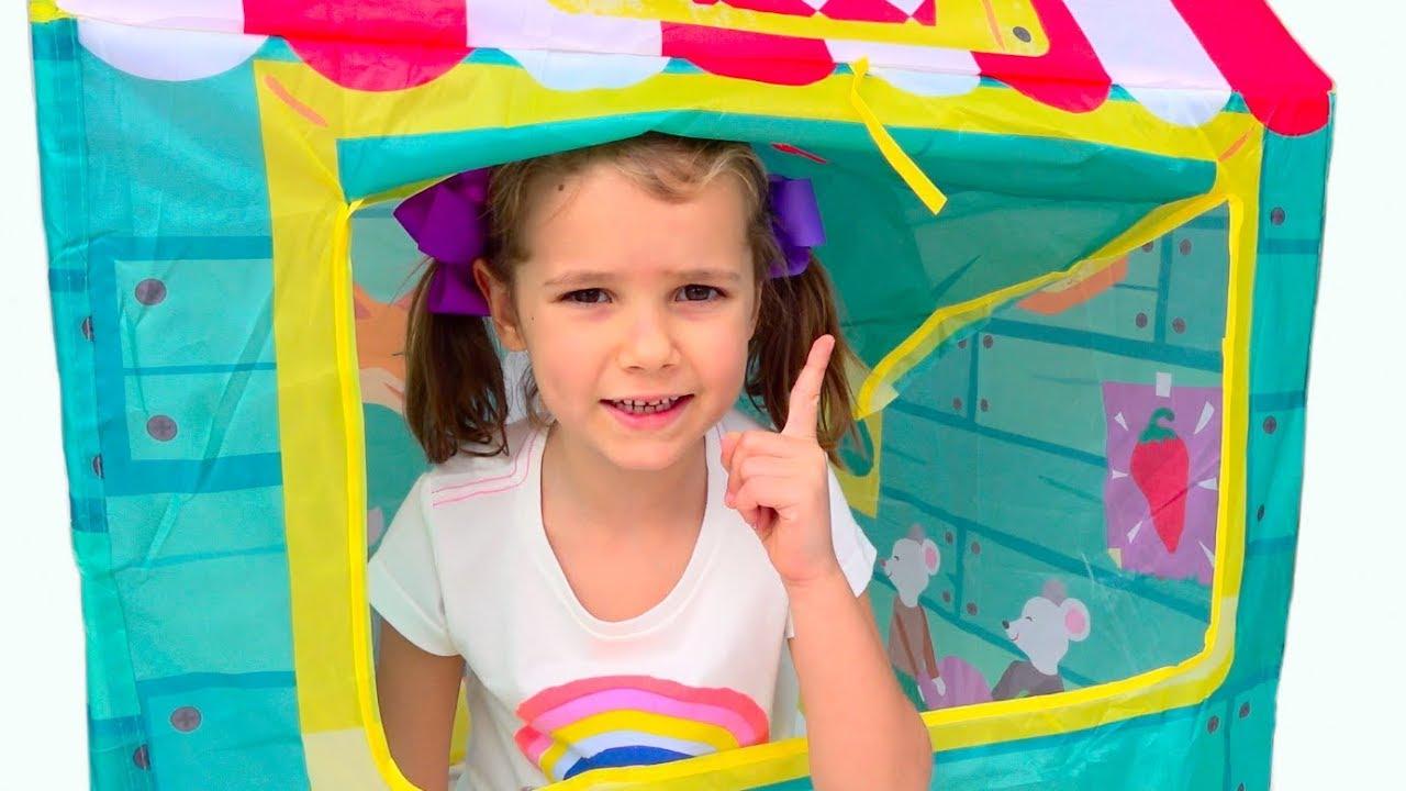 Макс и Катя играют и строят цветные детские домики  pretend play and build colored Playhouse