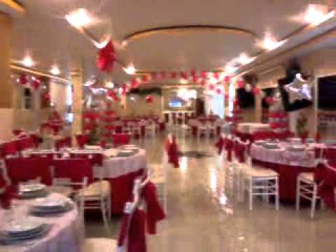 Decoracion con globos para 15 a os rojo y plata youtube for Arreglos de salon con globos