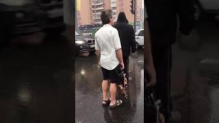 Харьков. Парень в холод и дождь со снегом в шортах