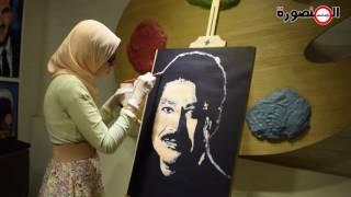 فيديو| حدادا على وفاته.. طالبة بالمنصورة ترسم زويل