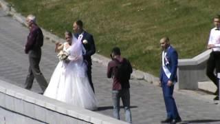 Жених и невеста на берегу реки