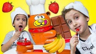 Crianças Brincando de Chocolate c/ Frutas - Children Playing Chocolate Making w/ Fruit for Kids