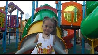 Катя на детской площадке в ТЦ Варф Самуи VLOG путешествия с детьми The Wharf Samui playground