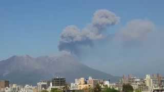 噴煙から大量の火山灰が降っているのが確認できます。 大隅の方、降灰に...