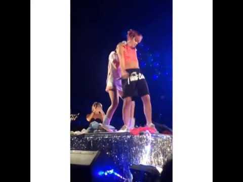¡Miley Cyrus y Lily Allen hacer 'twerking' en pleno escenario!