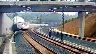 بالفيديو: لحظة انحراف قطار إسبانيا