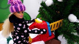 Барби наряжает ёлку на Новый год. Видео для девочек.