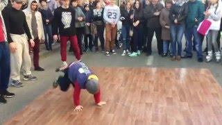 Сын (8 лет) танцует BREAK DANCE на улице