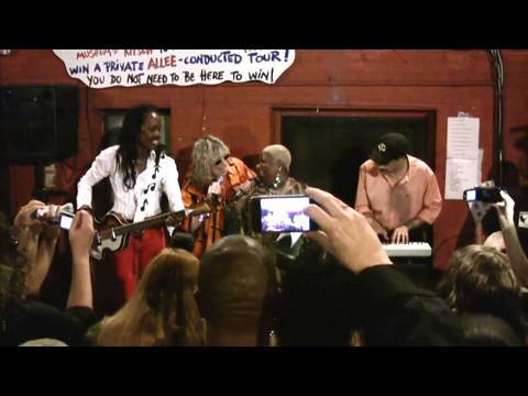 Earth, Wind & Fire, Luenell and Allee Willis sing September and Boogie Wonderland - Part 2 (of 3)