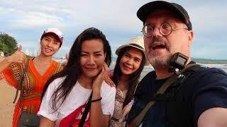 Three Thai Girls and a Ferang Jomtien Beach Pattaya, Thailand