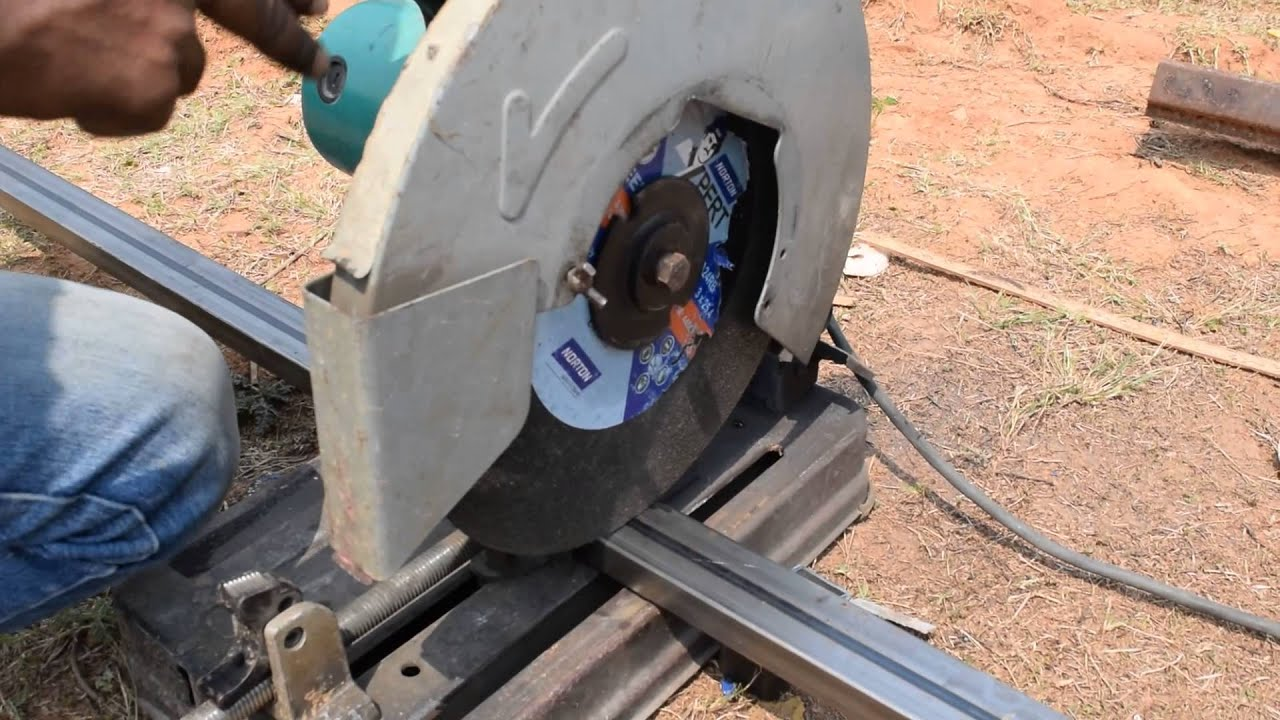 Hand saw to cut metal pipe