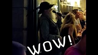 Starszy Pan śpiewa O Sole Mio na karaoke i robi szał!