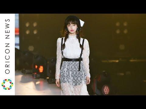 中村里砂、シースルーファッションで美脚披露【関コレ2017AW】