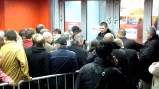 Открытие магазина Мвидео на Калужской(Люди занимали очередь перед магазином за 4 часа до открытия, которое состоялось в полночь 20 сентября 2012...., 2012-09-21T17:23:32.000Z)