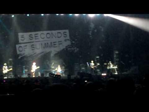 160305 Pee Wee Gaskins - Dibalik Hari Esok @ 5SOS's concert in ICE BSD