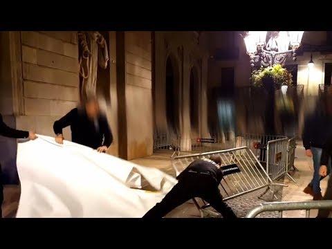 Baralla pel llaç groc a l'Ajuntament de Barcelona