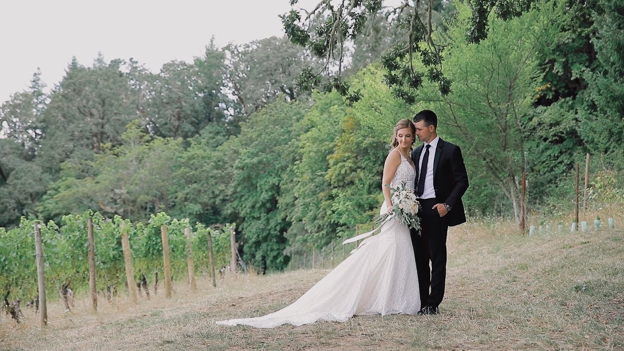 Oregon Ducks mascot crashes this gorgeous wedding at Youngberg Hill!