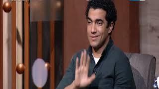 واحد من الناس - ارتباك محمد عادل لما عمرو الليثي سأله بخصوص المشاهد الساخنة قدام أخواته البنات