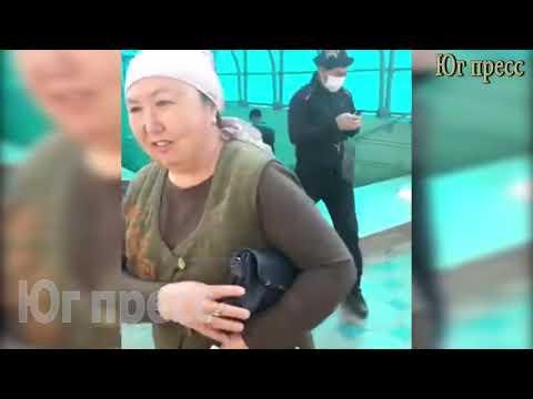 От имени Камчыбека Ташиева молодые люди бесплатно раздают маски прохожим