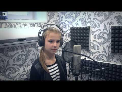 Девчонка красиво поёт песню  кукушка