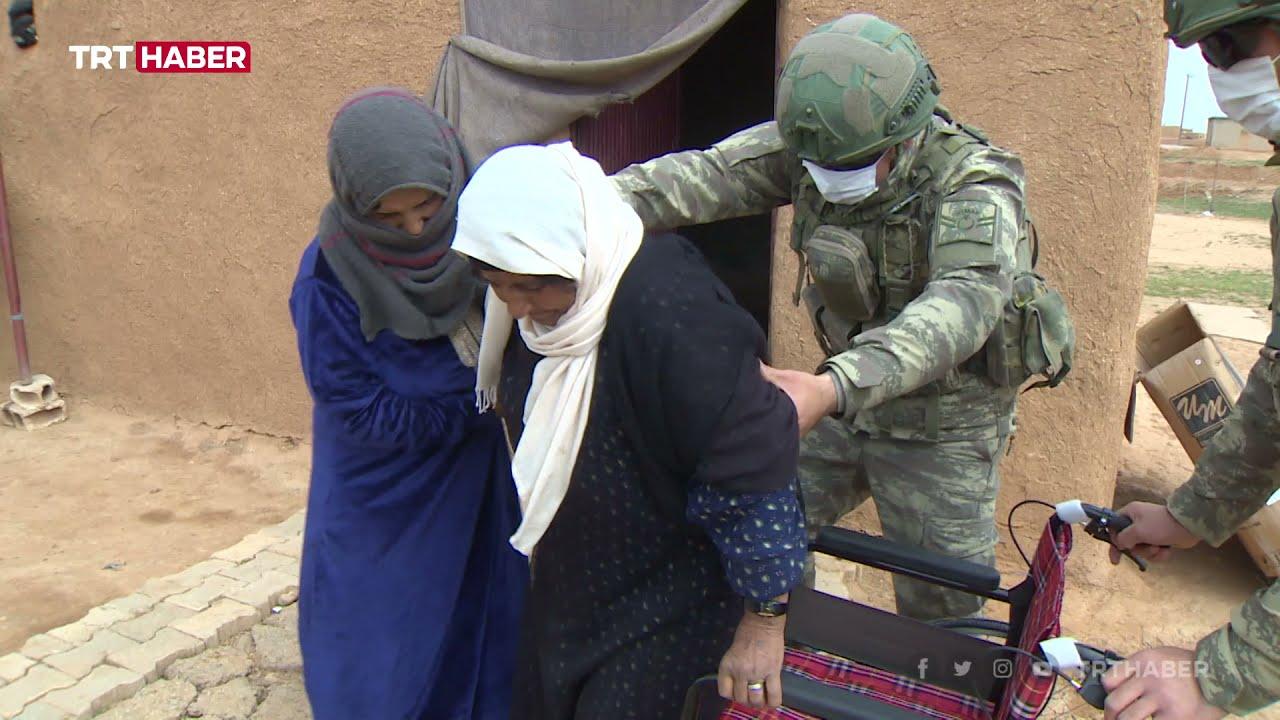 Mehmetçik, Barış Pınarı bölgesinde kapı kapı dolaşıp yaraları sarıyor - YouTube