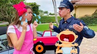 ناستيا وأرتيم يلعبان مع ميا في الشرطي
