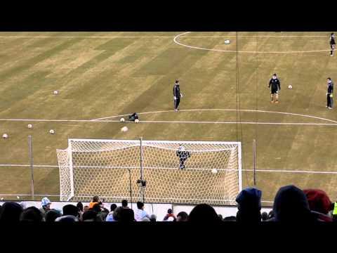 ליאו מסי מבקיע שני גולים בבעיטה אחת
