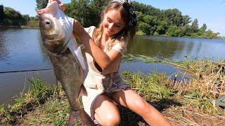 Такой рыбалки у меня еще не было Девушка таскает трофеи один за другим