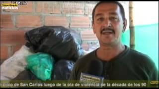Un hombre convierte tarros plásticos en escobas