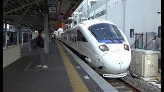 列車接近ベルが鳴りながら諫早駅に到着する長崎本線下り特急かもめ885系