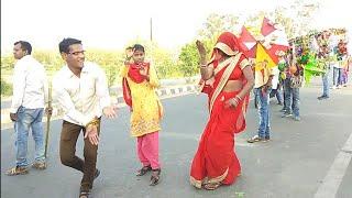 पति पत्नी ने किया गजब डांस अजय भाई !! शीतला देवी के मंदिर में झंडा चढ़ाते हुए नंगला मिढारी मैनपुरी