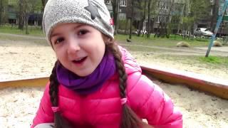 Маша играет с подружками куклами на площадке