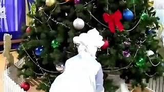 Снегурочка дарит подарки в новом году