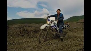 По бездорожью на краю карьера на мотоцикле Yamaha Serow. Колыма. Беличан