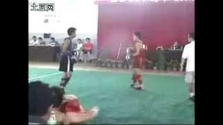 Боец Ицюань (Yiquan) на соревнованиях по саньда (синий жилет)