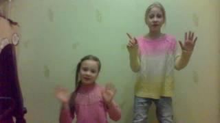 учили танец под песню Санта Лючия- Санта Лючия