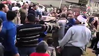 بالفيديو| نقل مريض بقرية بالدقهلية بواسطة «كارو» بسبب سوء الطرق
