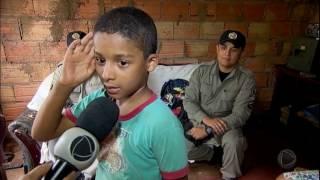 Policiais ajudam menino de 6 anos que procurava material escolar no lixo