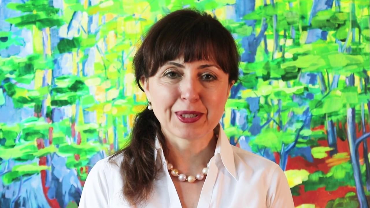 Cristiana Paşca Palmer s'adresse aux participants de l'École d'été de l'Institut EDS