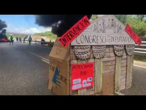 Los trabajadores de Alcoa queman neumáticos en la A-8 en protesta por los despidos