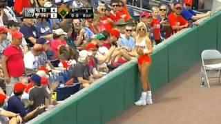 Ловкая блондинка поймала бейсбольный мяч