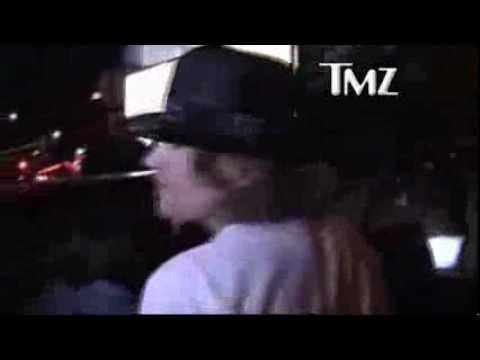 Lana Del Rey e Axl Rose, deixando Chateau Marmont Hotel em Los Angeles (06 de abril)