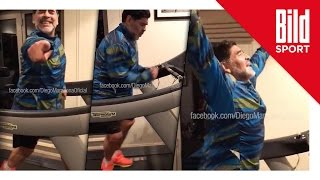 Diego Maradona tanzt sich auf dem Laufband für die Feiertage fit