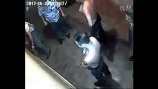 無能中國警察在武漢! 囂張的壞人! 受害者無辜斷4根指頭! 2012/06/30。18+慎入