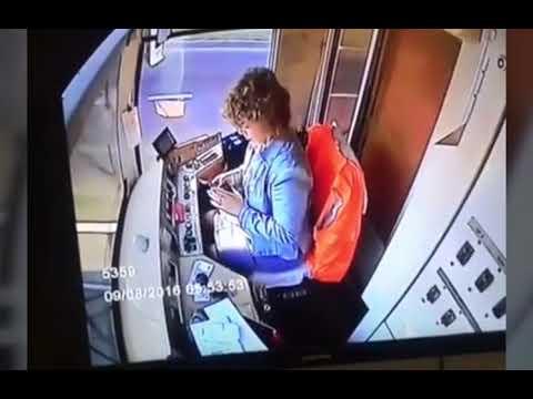 Трамвай сошел с рельсов, потому что вагоновожатая залипла в телефоне