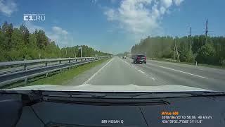Регистратор записал, как автобус врезается в ограждение на Серовском тракте
