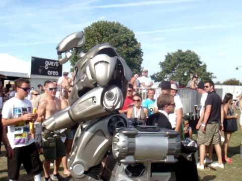 Robort terrorizing ppl in the VIP area at V Festival 09 Hylands park (Sunday)