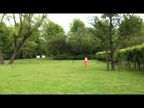Isis speelt met konijnen in het Erasmuspark