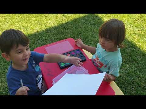 Fatih Selim ve Yusuf sulu boya etkinliği yapıyor, bahçede resim yapıyorlar😍 indir